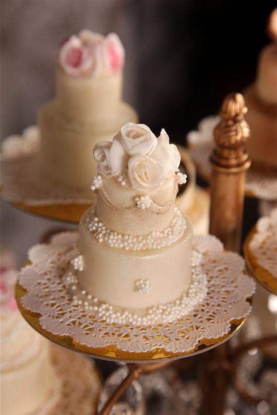 mini wedding cake in pasta da zucchero