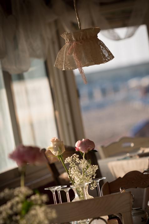 fiori e allestimenti matrimonio vintage sulla spiaggia