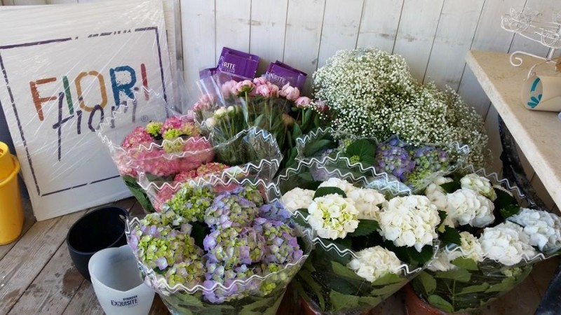 composizioni floreali matrimonio: peonie rosa e ortensie bianche e azzurre