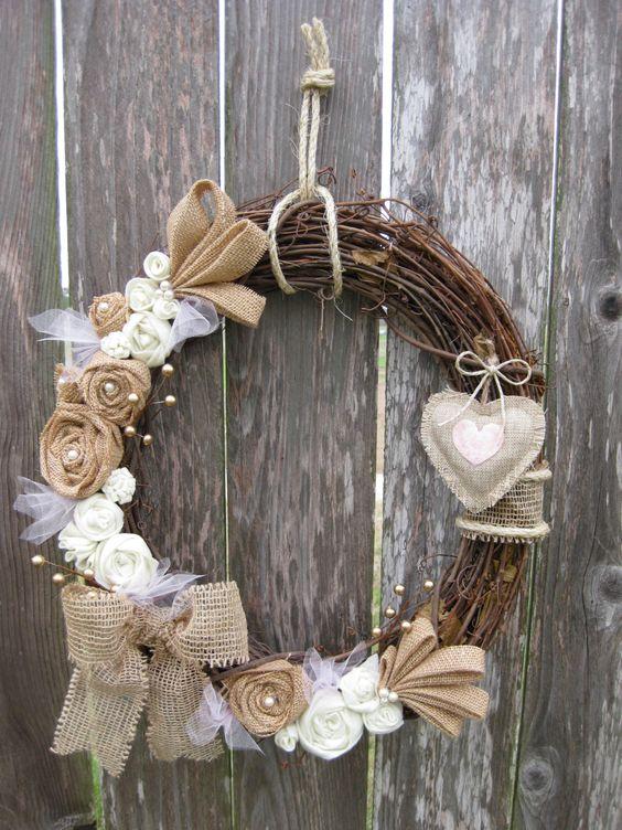 addobbi floreali fai da te per il ricevimento di matrimonio: la ghirlanda con i fiori di stoffa