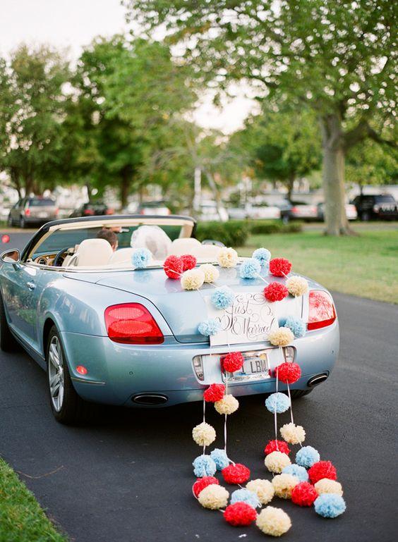 addobbo auto sposi con pom pom