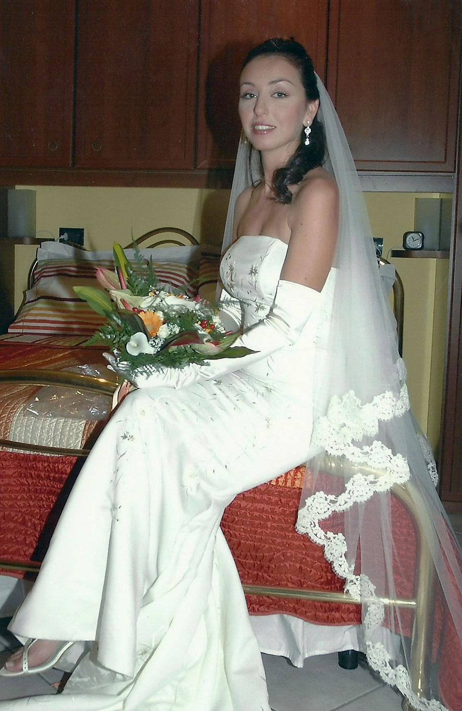 ca8c80474c0f abito da sposa low cost a sirena color avorio con fiori ricamati
