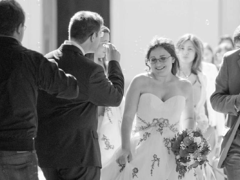 lancio di bolle di sapone a questo matrimonio a tema disney laico umanista