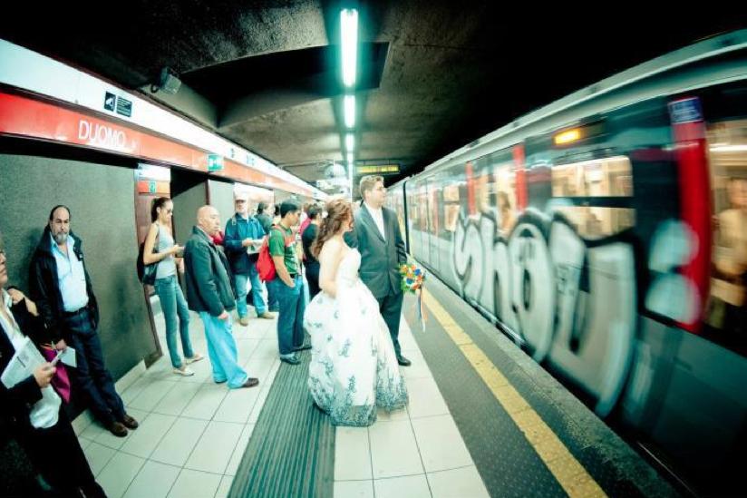 alternativa al noleggio dell'auto degli sposi: la metro di Milano