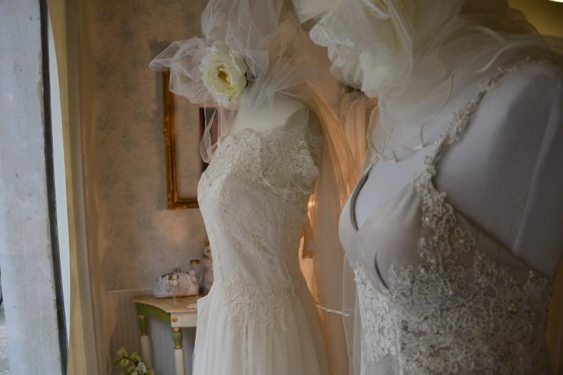 a scegliere l'abito da sposa, la stilista Angela Alfuso in arte Daisy & co