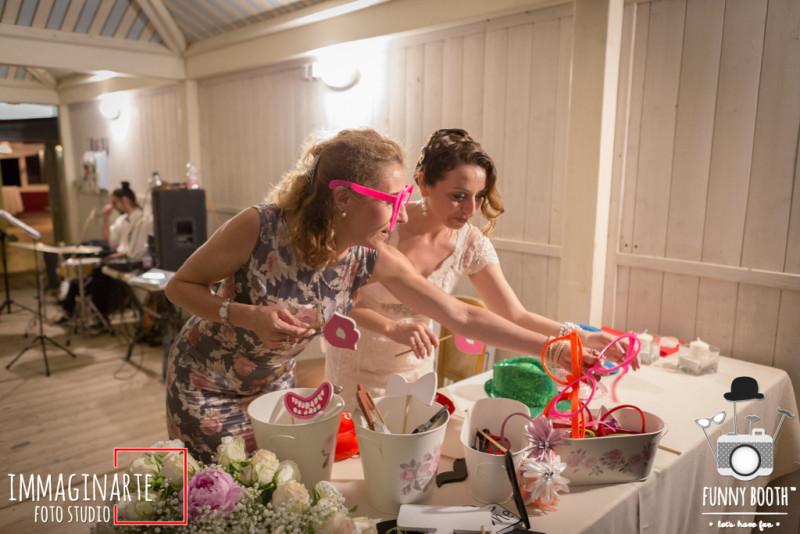 idee creative per il matrimonio con i prodotti Ikea : come usare i vasi in un photo booth