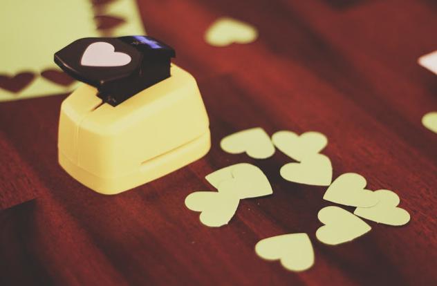 fustellatrice per realizzare coriandoli a cuore per matrimonio
