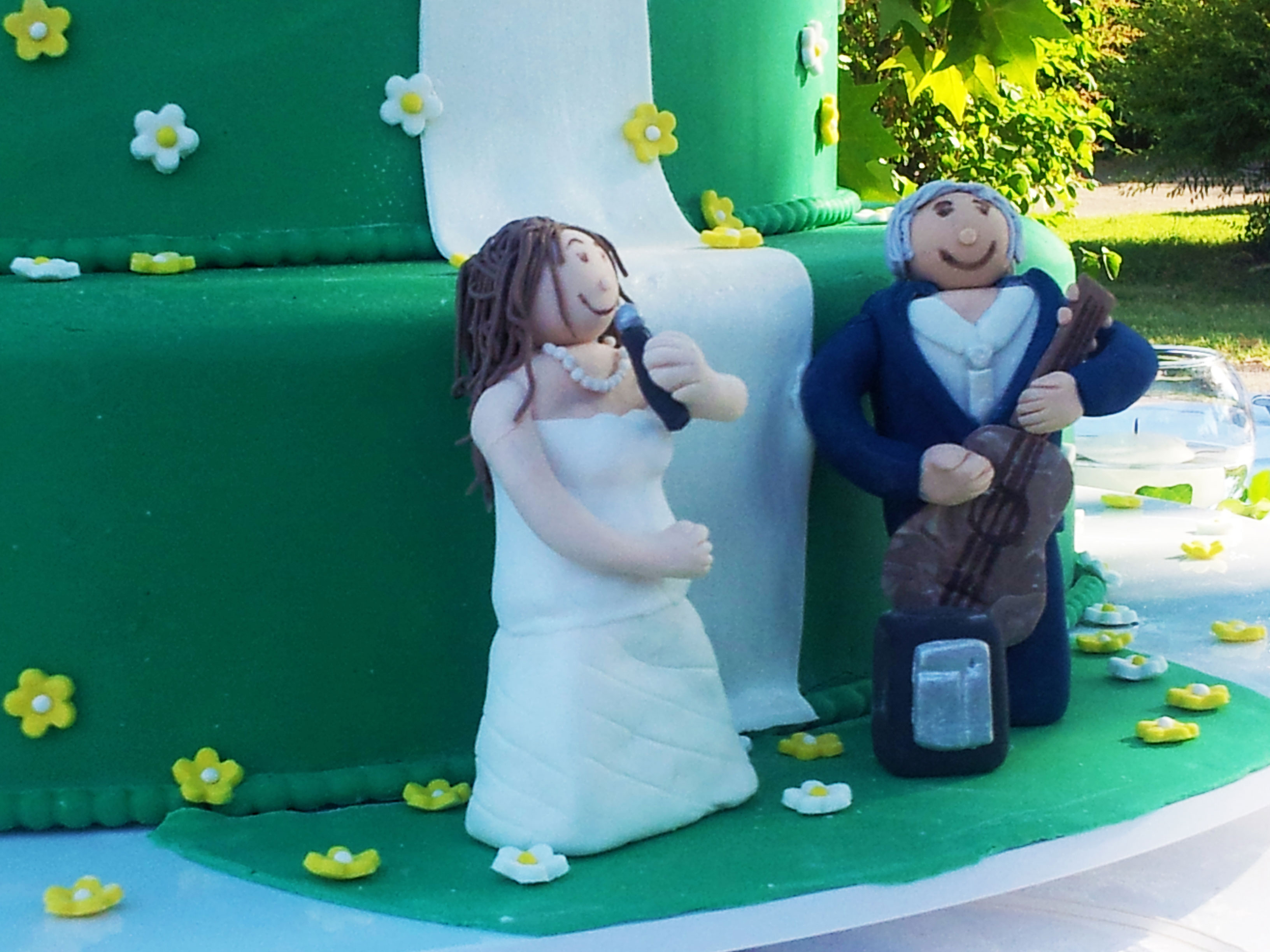 cake topper in pasta di zucchero torta nuziale verde con margherite a piani fai da te matrimonio solidale