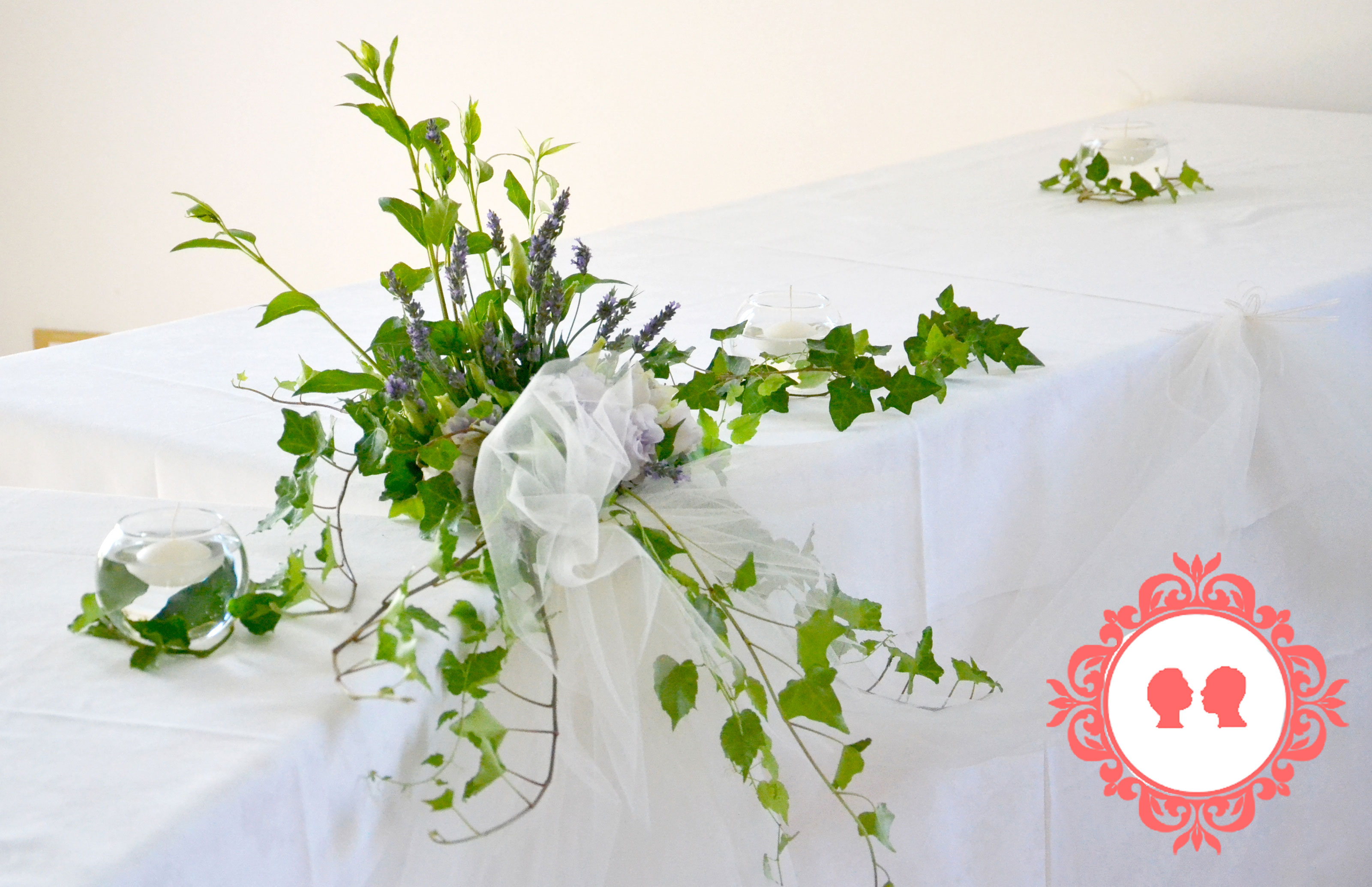 centrotavola con rose lilla e edera ricevimento matrimonio solidale a Bologna in Comunità