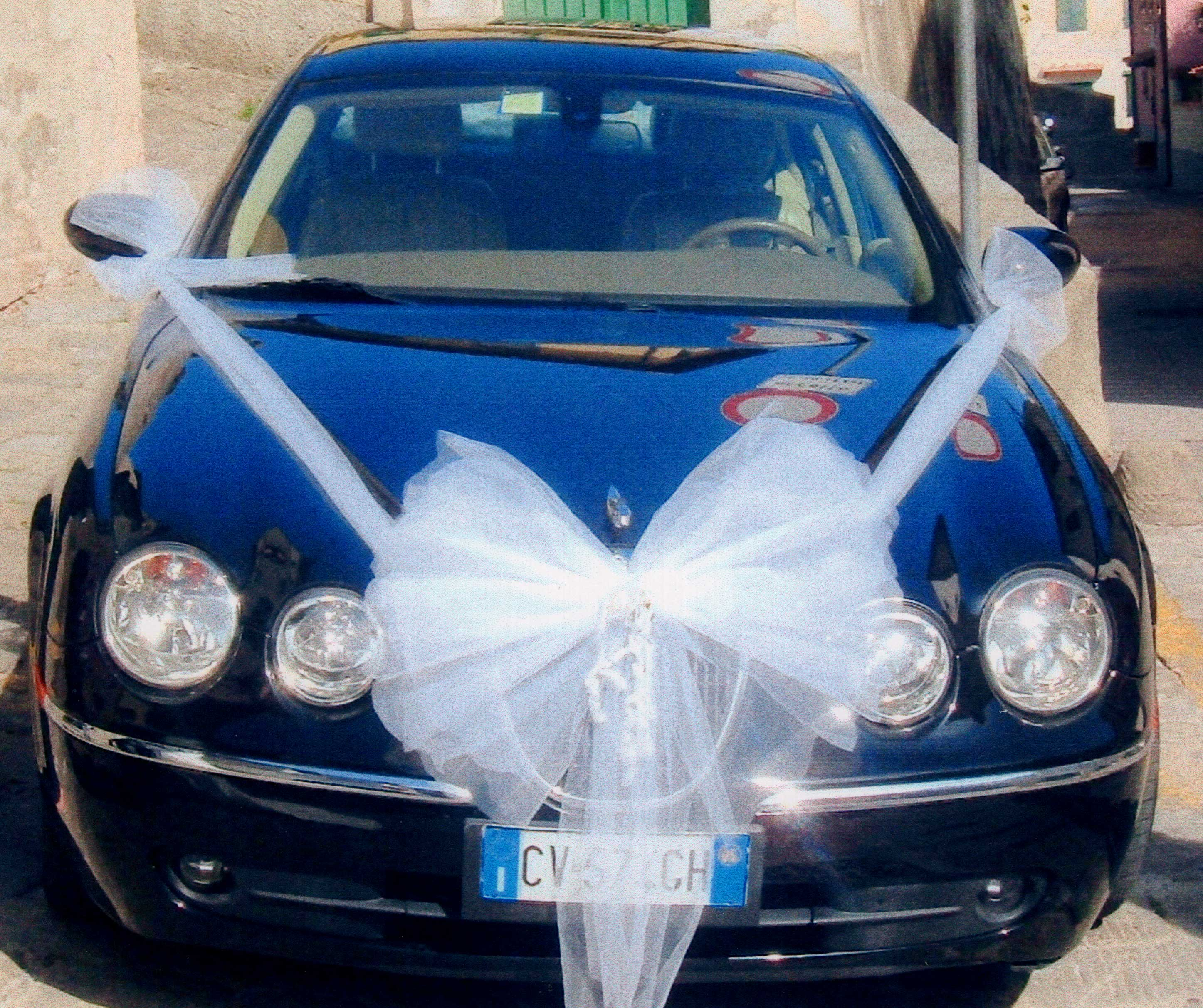 Fiori matrimonio: alternative originali e low cost per l'auto degli sposi