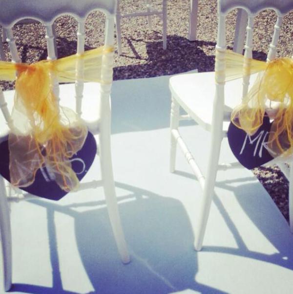 decorazione sedie sposi con la stoffa