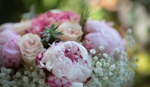 Bouquet sposa con peonie, rose e ortensie rosa