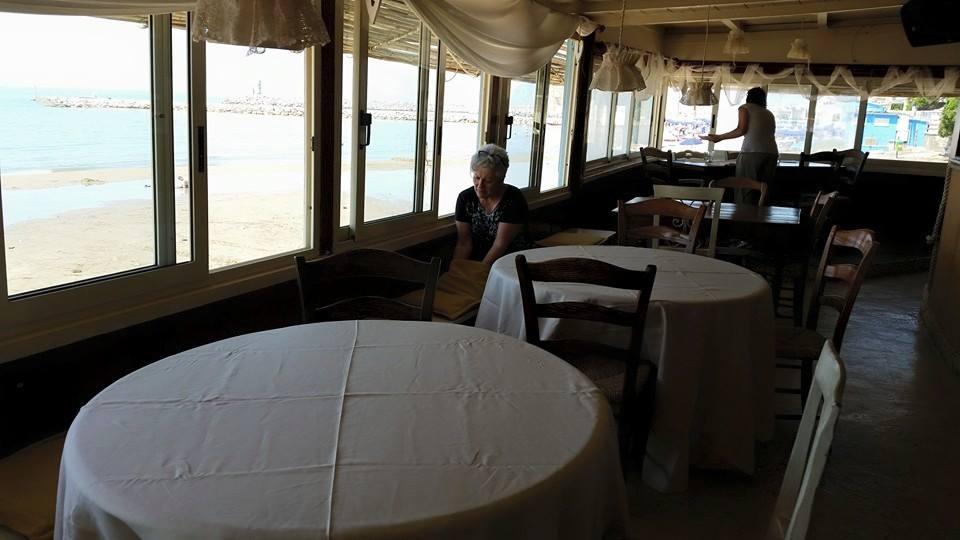 preparazione banchetto nuziale sul mare