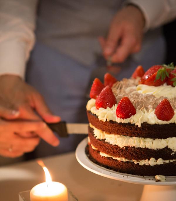 torte nuziali semplici: torta Naked al cioccolato e fragole
