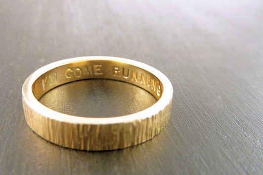fede nuziale minimale ispirata alla natura e fatta di oro 14K