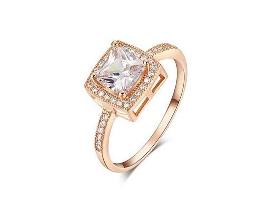 Anello di fidanzamento solitario placcato oro con cristallo quadrato: 28,00 euro