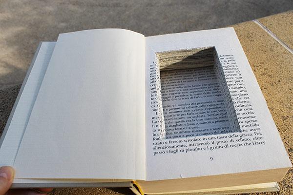 idea originale per regalare l'anello di fidanzamento: celalo in un libro