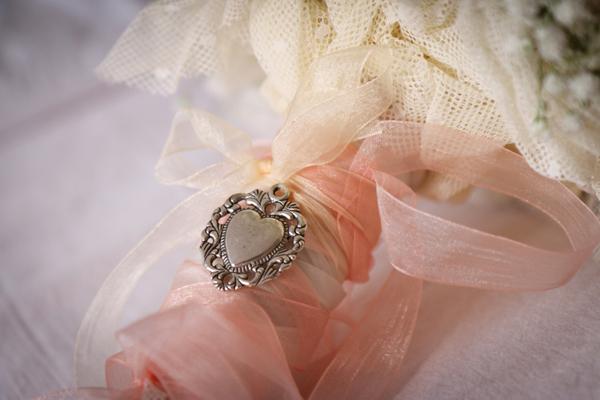bouquet con peonie ortense e rose per matrimonio romantico in spiaggia