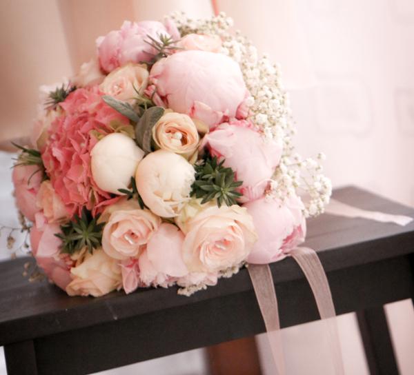 matrimonio con lo sponsor in Toscana con rose peonie e ortensie rosa
