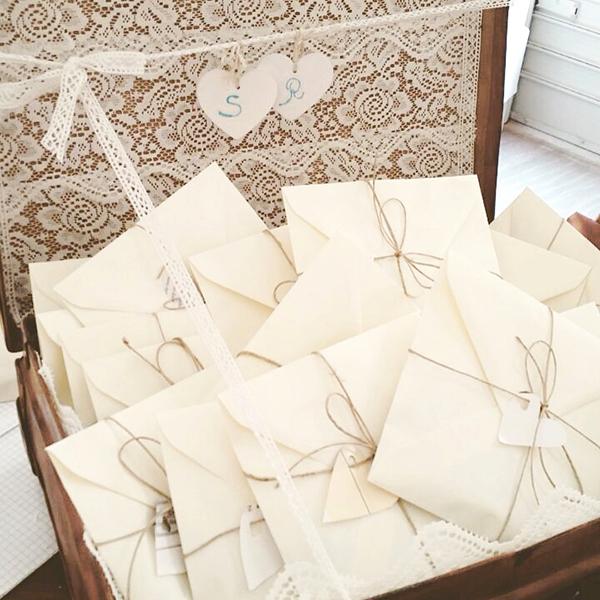 matrimonio con lo sponsor in Toscana: buste da lettere contenenti i coriandoli fatti dalla sposa a forma di cuore
