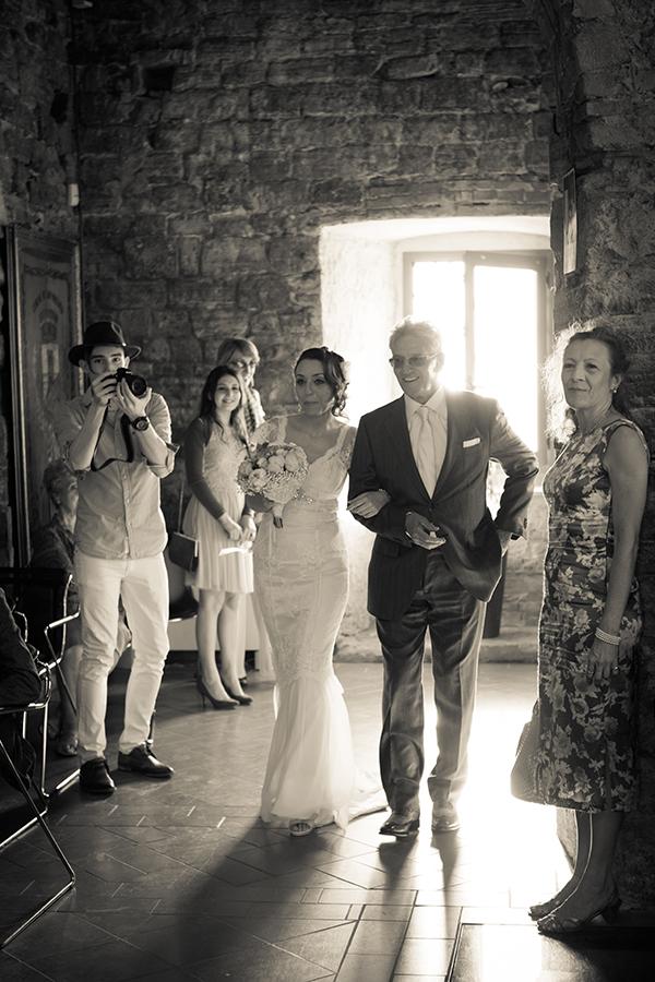 servizio fotografico matrimonio: foto dell'ingresso della sposa al braccio del padre