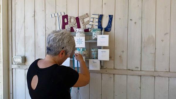 matrimonio con lo sponsor in Toscana: tableau mariage shabby chic a tema mare