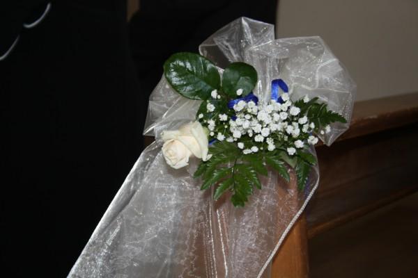 Matrimonio in uniforme, allestimento navata della chiesa con rose color cipria