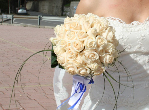 Matrimonio in uniforme: bouquet sposa a palloncino con rose color cipria