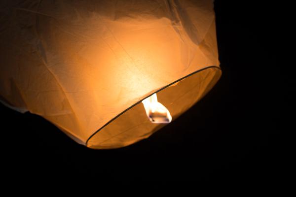 lanterne volanti matrimonio anni '30 sulla spiaggia