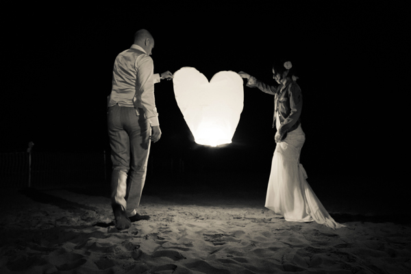 lanterne volanti a cuore matrimonio anni '30 sulla spiaggia