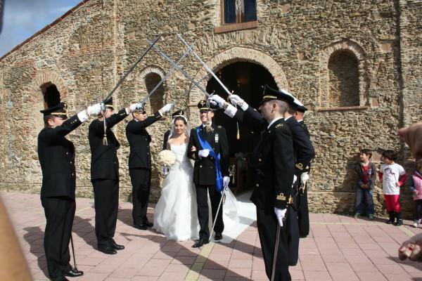 matrimonio in uniforme classico in Calabria: ponte di sciabole
