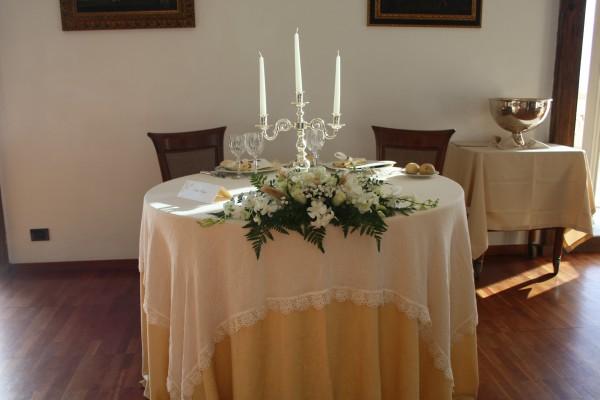 Matrimonio in uniforme economico con rose color cipria - Allestimento casa della sposa ...