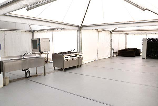 la cucina della tensostruttura del Parco Sigurtà per ricevimenti di matrimonio in giardino