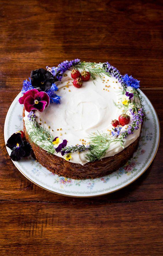 naked cake con fiori con colori freddi