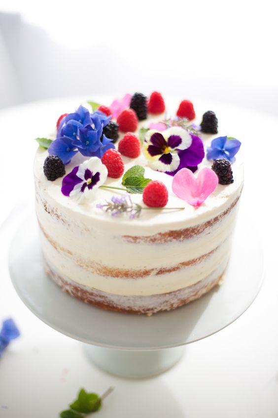 naked cake bianca con fiori e frutti