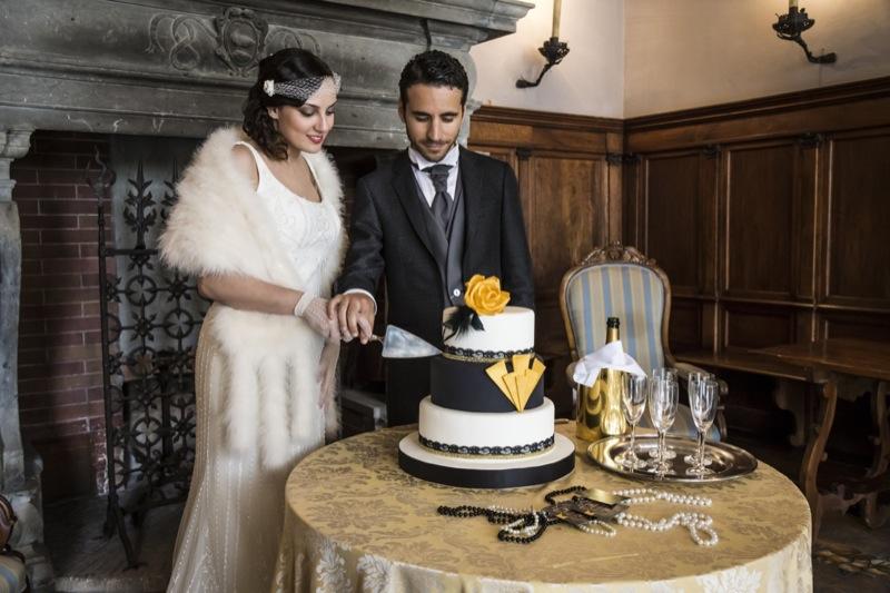 wedding cake Art Decò con strati di nero e bianco con decorazioni geometriche, floreali e pizzo