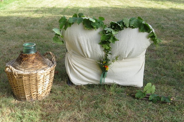 allestimento sedie sposi per un matrimonio ispirato al vino