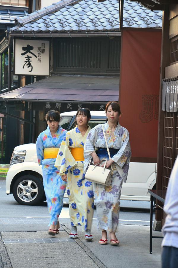 giapponesi in yukata a Takayama
