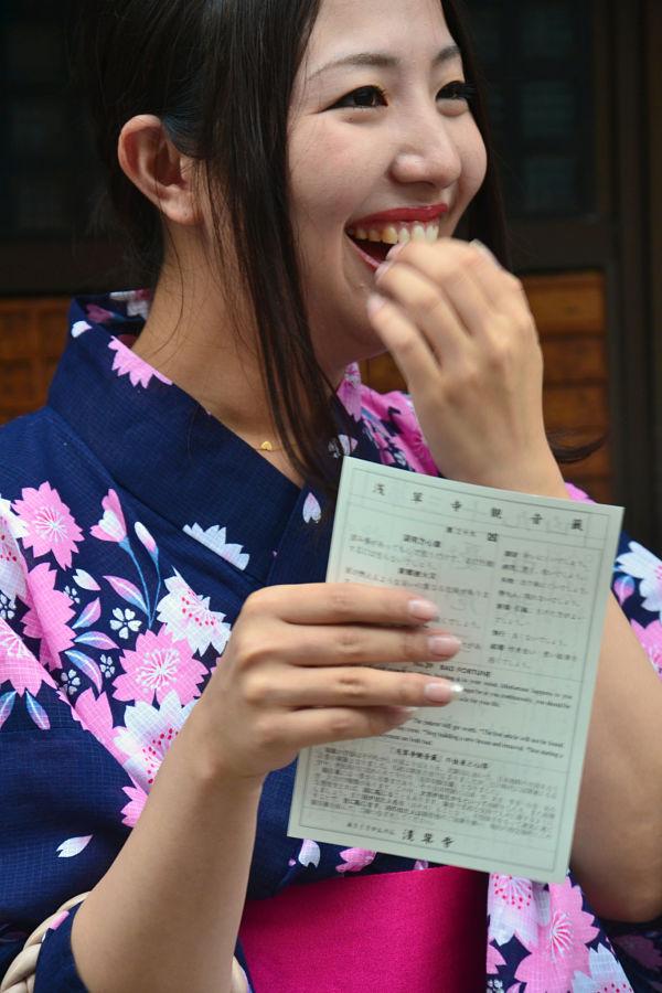giovane turista in kimono al turista Tempio Sensoji Tokyo