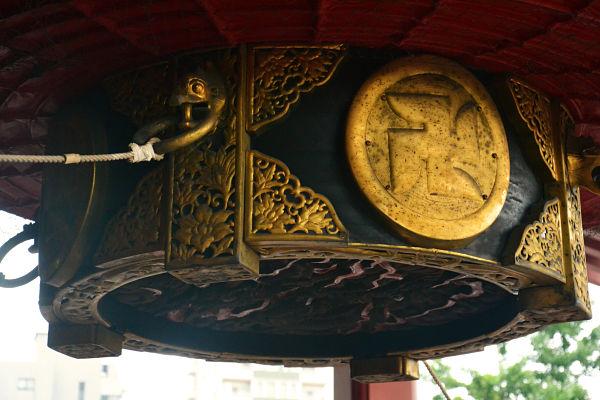 particolare della lanterna alla lanterna porta del Tempio Sensoji Tokyo
