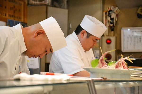 cuochi di sushi a Tokyo