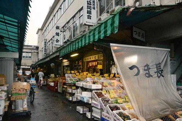 negozi mercato del pesce Tsukiji a Tokyo