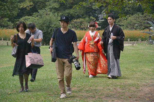 sposi giapponesi ai Giardini di Hama-rikyu di Tokyo