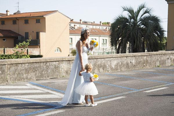 abito da sposa sirena azzurro e damigella