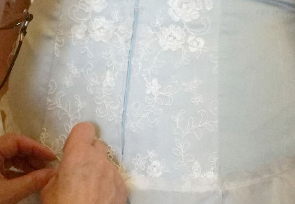 abito da sposa azzurro in pizzo sartoriale