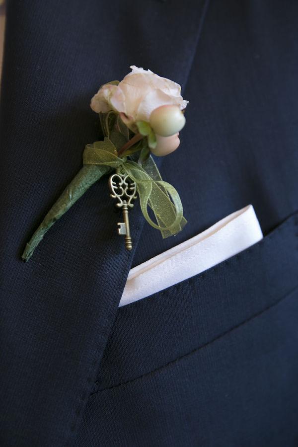 bottoniera sposo matrimonio a tema libri e chiavi