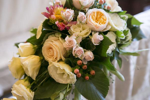 allestimenti floreali per la chiesa matrimonio a tema libri e chiavi