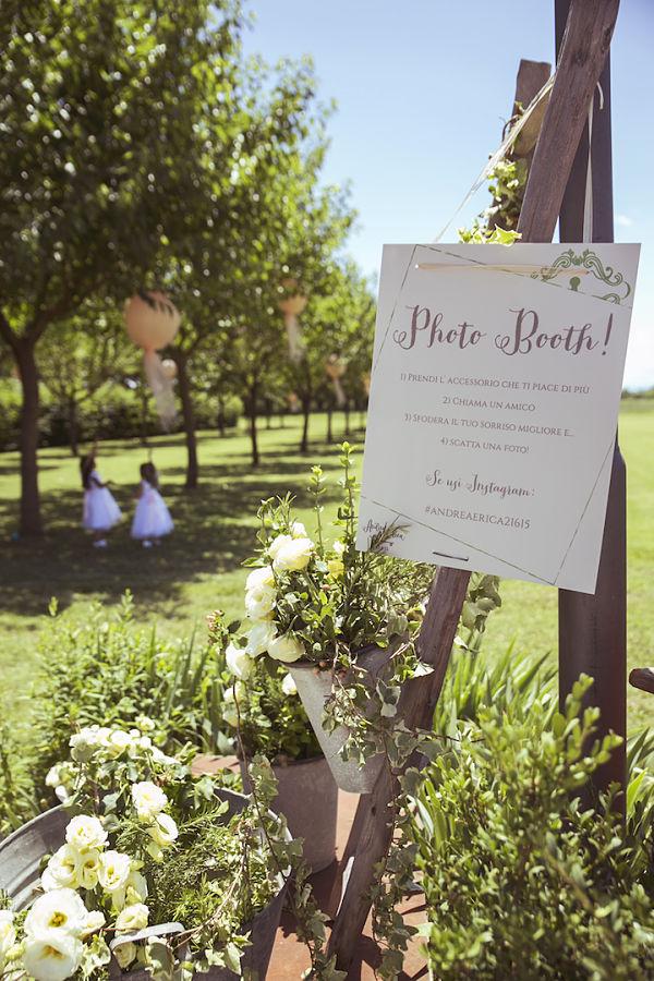 Photobooth: un'area verde allestita con un carretto e tante piante, oltre a cappelli e coroncine di erbe aromatiche da usare per fare le fotografie