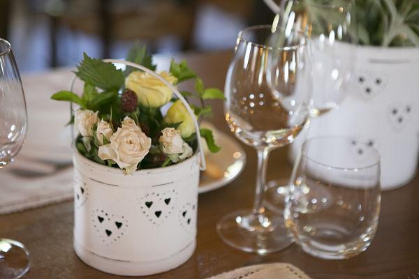 allestimento floreale mise en place ricevimento di matrimonio a tema libri e chiavi antiche