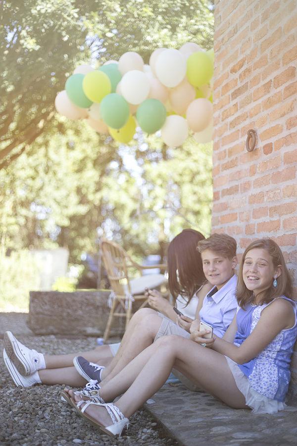 picnic per i bambini nel giardino ombreggiato nel retro della villa Pelliccione